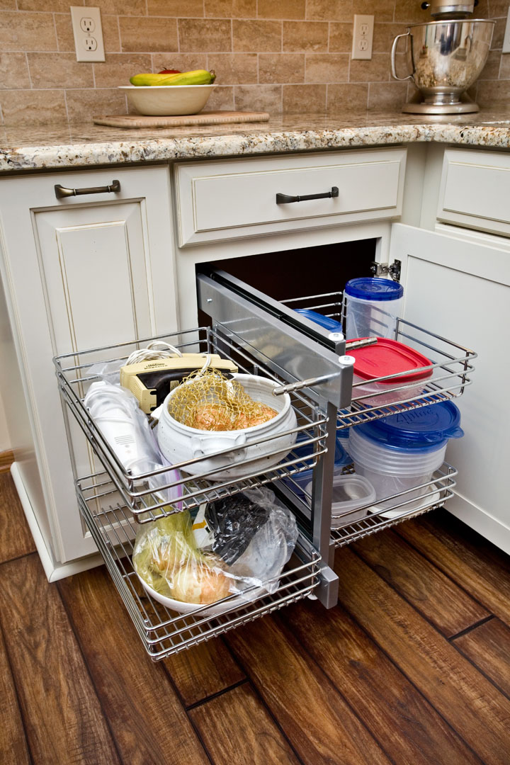 Accessible corner cabinet pull-out