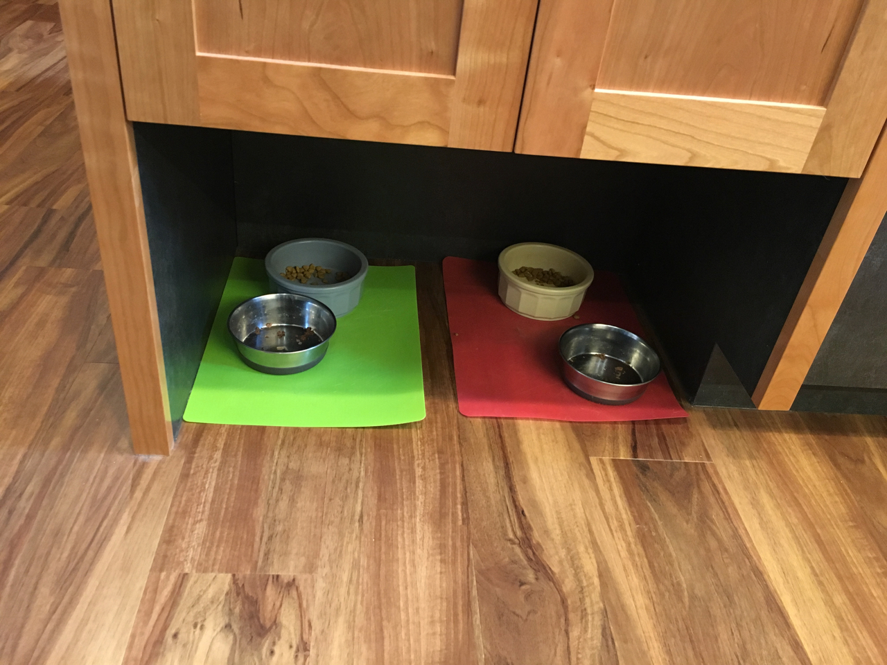 Spill-proof pet feeding nook